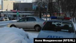 Novokuznetskdə Putinin plakatını qoruyan polis patrulu