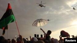Ливийцы празднуют освобождение...