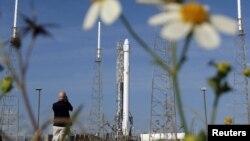 Касьмічная ракета Falcon 9 зь бесьпілётным грузавым суднам Dragon на стартавай пляцоўцы на мысе Канавэрал у Флёрыдзе, 14 красавіка 2015