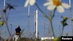 Космическая ракета Falcon 9 с грузовым судном Dragon на космодроме на мысе Канаверал во Флориде.