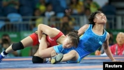 Жылдыз Эшимова (с синем трико) на Олимпиаде в Рио. 2016 год.