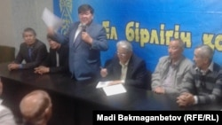 В президиуме собрания общественности, посвященного проблемам использования казахского языка как государственного. Алматы, 20 сентября 2014 года.