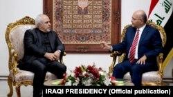 تصویر منتشرشده از سوی دفتر ریاستجمهوری عراق برهم صالح و محمد جواد ظریف را در حال گفتوگو نشان میدهد