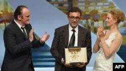 """Nuri Bilge Ceylan-a """"Qızıl palma""""nı məşhur rejissor Quentin Tarantino və ünlü aktrisa Uma Thurman təqdim edir."""