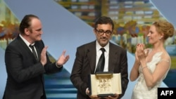 نوری بیگله جیلان (وسط) در کنار كوينتين تارنتينو، کارگردان آمریکایی (چپ) و اوما تورمن، هنرپیشه آمریکایی