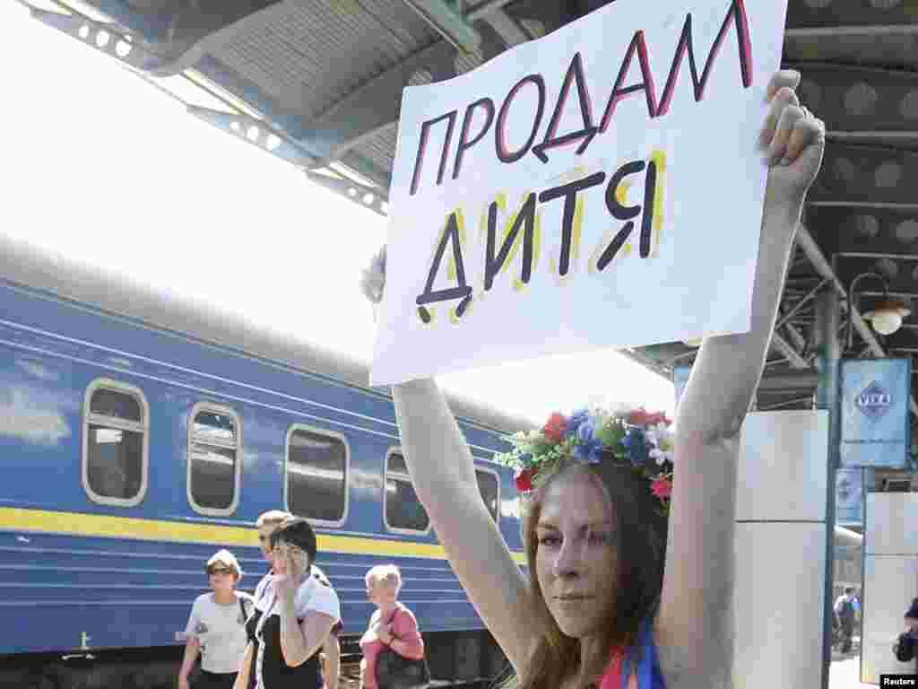 Акція протесту FEMEN проти сурогатного материнства в Україні, Київ, 31 травня. Photo by Gleb Garanich for Reuters