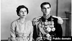 برخی هواداران مصدق میگویند که شاه برای درمان نازایی ثریا قصد داشت به اروپا سفر کند.