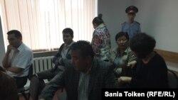 Родственники и друзья активистов Макса Бокаева и Талгата Аяна в зале суда. Атырау, 3 июня 2016 года.
