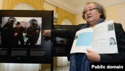 Театральный режиссер Болат Атабаев на фотовыставке в память о жертвах Жанаозена в Польше. 7 декабря 2013 года.