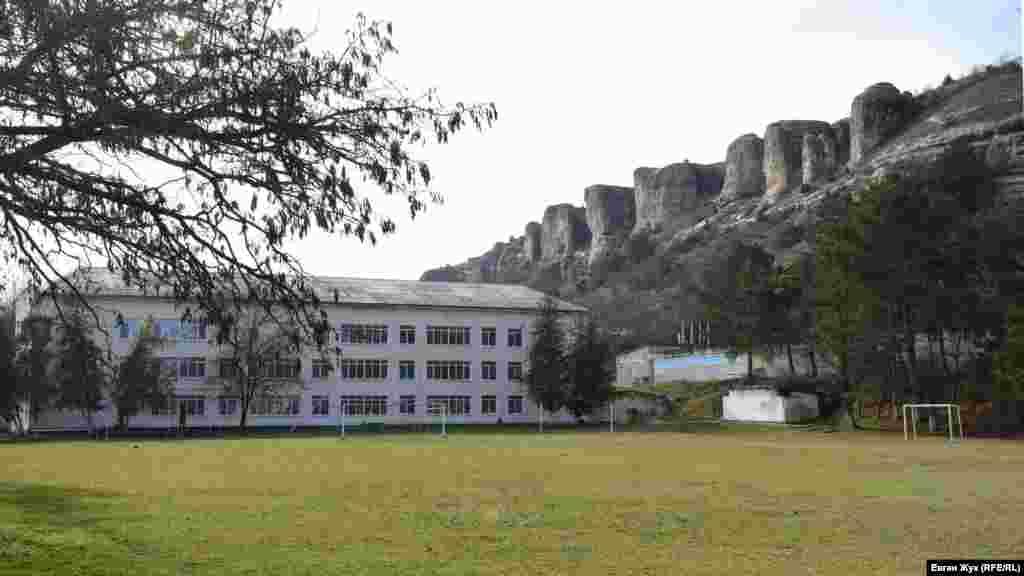 Красномаківська школа розташована поблизу мальовничих вапнякових скель