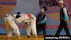 Кыргыз улуттук классикалык күрөшү боюнча Кыргызстандын биринчи чемпиондугундагы беттештердин бири. 26-ноябрь, 2014-ж. Бишкек.