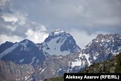Комсомол шыңының қаладан қарағандағы көрінісі. Суретте шың ортада тұр.