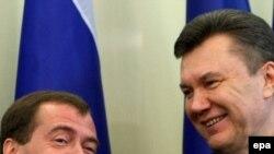 Медведев менен Янукович Харьковдо келишимге кол коюу аземинде. 21-апрель, 2010-ж.