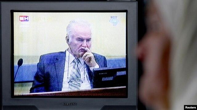 Mejra Đogaz u svojoj kući u Potočarima gleda početak suđenja Mladiću, 17. svibnja 2012.
