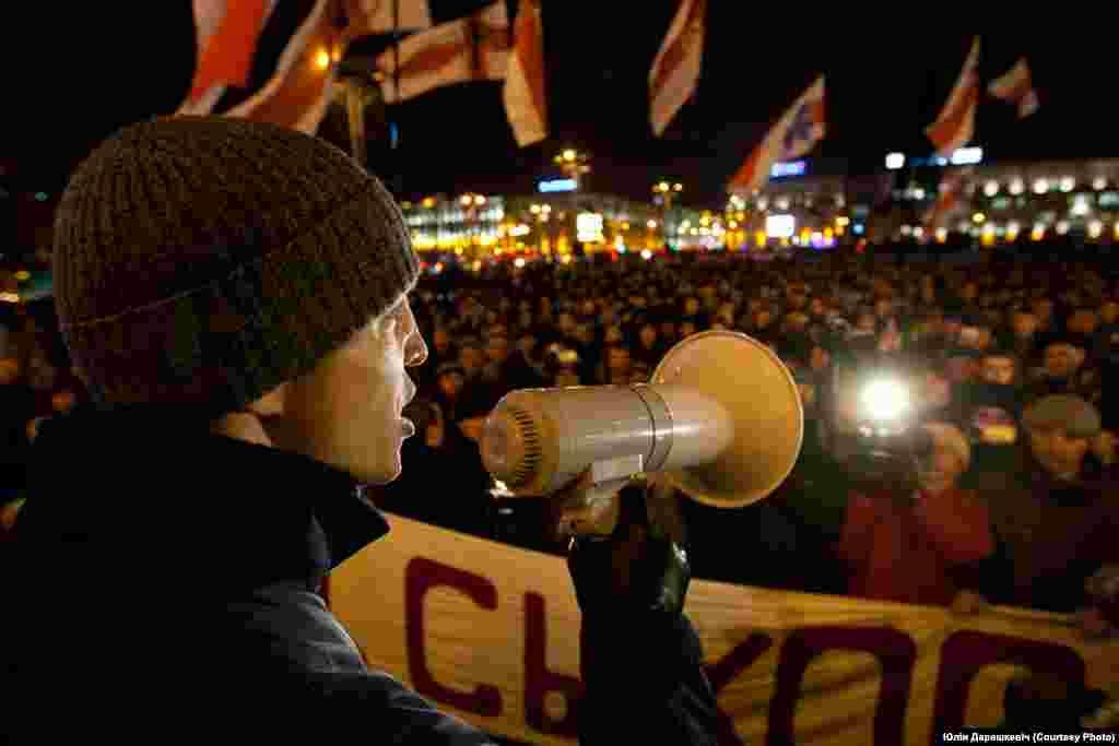 Лідэр Маладога Фронту Зьміцер Дашкевіч падчас акцыі «Сыходзь!». 2010 год