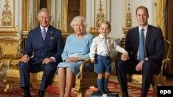 Nga e majta në të djathtë: Princi i Uellsit, Mbretëresha Elizabeth, Princi George dhe Duka i Kembrixhit.