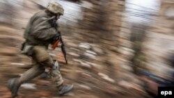 Український військовий під час обстрілу біля Водяного, архівне фото