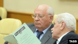 Бывший президент Советского Союза Михаил Горбачёв (слева) и его бывший помощник Анатолий Черняев.