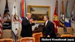 Donald Trump amerikai elnök (L) fogadja Orbán Viktor magyar miniszterelnököt a Fehér Házban 2019. május 13-án.
