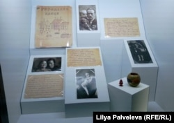 Фотографии из домашнего архива Инны Железовской и лагерные письма ее отца. Экспозиция Музея истории ГУЛАГа