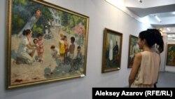 Посетители выставки «Тюркский романтизм» перед полотном художника из Узбекистана Павла Пантюхина «Счастливое детство» (1987 год). Алматы, 1 июля 2016 года.