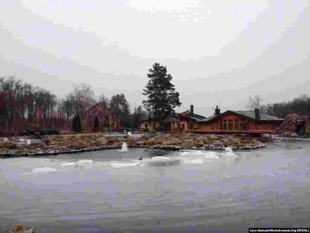 Озеро між хонкою та банним комплексом