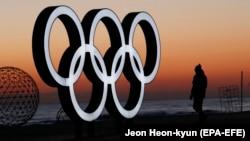 На світанку на пляжі Кйонпхо в місті Каннин, сусідньому з Пхйончханом – у ньому відбудуться олімпійські змагання з льодових видів спорту, фото 30 січня 2018 року
