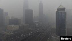 Китай потерпає від забруднення повітря, води та ґрунту, у тому числі густого смогу, який часто покриває великі міста.