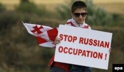Під час акції протесту на межі, що розділяє сепаратистський регіон Південної Осетії від основної території Грузії. Село Хурвалеті, що за 60 кілометрів від Тбіліси. 14 липня 2015 року