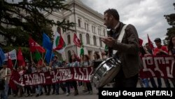 «Нам не страшен дождь, пока мы вместе!» – кричали участники манифестации в честь Международного дня солидарности трудящихся. Намокшие плакаты гласили: «Мы стремимся в Европу», «Защитим права трудящихся, как это делают в демократических странах мира»