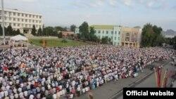 Центральная площадь во время праздничной молитвы в честь Орозо-Айт, Ош, 8 августа 2013 года.