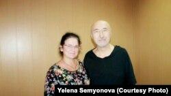Заключенный поэт и диссидент Арон Атабек с правозащитницей Еленой Семеновой во время ее посещения СИЗО в Павлодаре, 26 июля 2019 года.