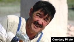 Казахстанский скульптор Азат Баярлин за работой.