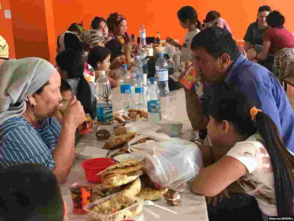Жители города Арысь в пункте питания, открытом для них в школьной столовой.