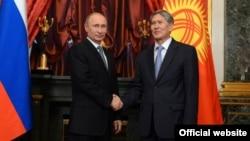 Архивска фотографија: Претседателите на Русија и на Киргистан, Владимир Путин и Алмазбек Атамбаев во Москва.
