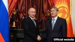 Ресей президенті Владимир Путин (сол жақта) мен Қырғызстан президенті Алмазбек Атамбаев. Мәскеу, 24 желтоқсан 2013 жыл. (Көрнекі сурет)