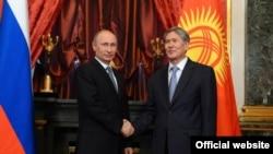 Rusiya prezidenti Vladimir Putin və qırğızıstanlı həmkarı Almazbek Atambaev.