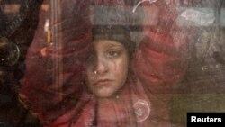 Dečak u jednom od konvoja koji su napustili istočni deo Alepa