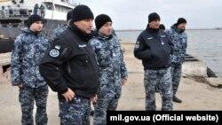 Адмірал Ігор Воронченко (другий зліва) та звільнені з полону моряки зустрічають кораблі в порту Очакова, Миколаївщина, 20 листопада 2019 року