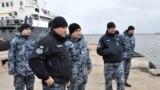 Адмирал Игорь Воронченко (второй слева) и освобожденные украинские моряки встречают корабли в порту Очакова, Николаевская область, 20 ноября 2019 года