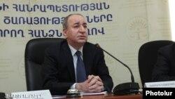 Роберт Назарян во время заседания Комиссии по регулированию общественных услуг (архив)