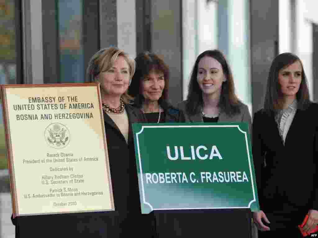 Državna tajnica svečano je otvorila novu američku ambasadu u ulici Roberta C.Frasurea, koji je poginuo u automobilskoj nesreći na Igmanu, 1995-e godine. Na fotografiji su Katharina Frasure sa kćerkama, 12.10.2010. Foto: AFP / Mandel Ngan
