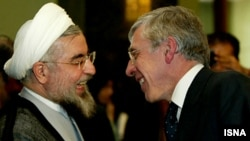 Former British Foreign Secretary Jack Straw (right) met with Iranian President Hassan Rohani when the latter was Tehran's top nuclear negotiator. (file photo)