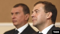 Russian President Dmitry Medvedev (right) and Deputy Prime Minister Igor Sechin.