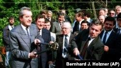 La 27 iunie 1987, ministrul maghiar de externe, Gyula Horn (dreapta) și cel austriac, Alois Mock, au tăiat sârma ghimpată dintre Ungaria și Austria, la Sopron. Peste câteva luni, traseul va fi folosit de refugiații est-germani ca să ajungă în RFG