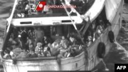 Цих урятували: переповнене судно з 446 мігрантами біля берегів Калабрії вранці 21 квітня 2015 року, відеокадр Берегової охорони Італії