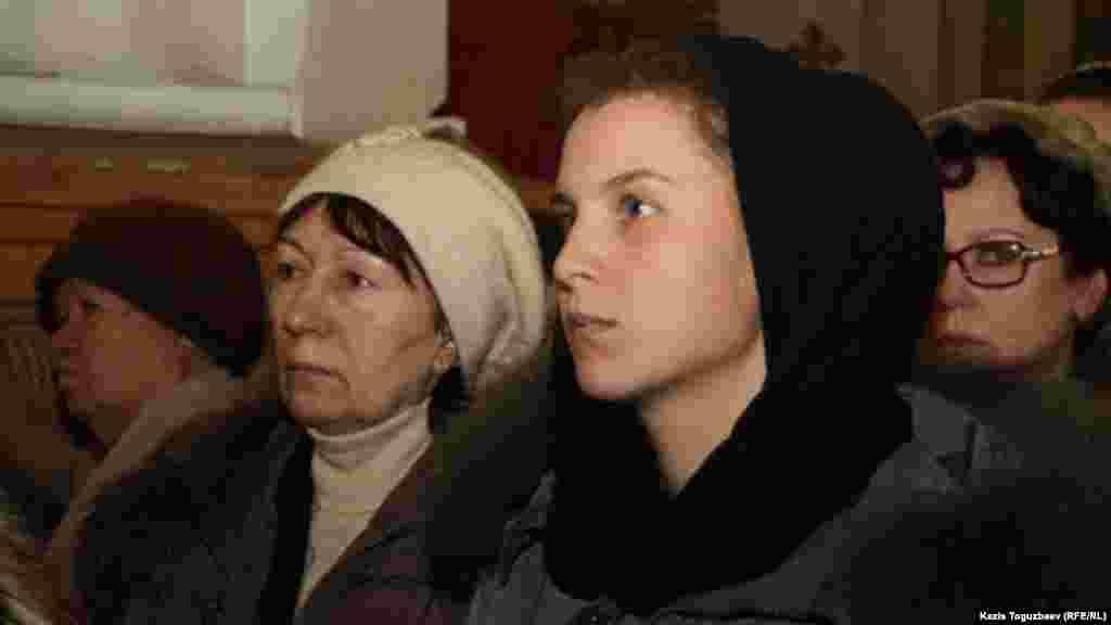 Рождество күні шіркеуге келушілер. Алматы, 7 қаңтар 2014 жыл.