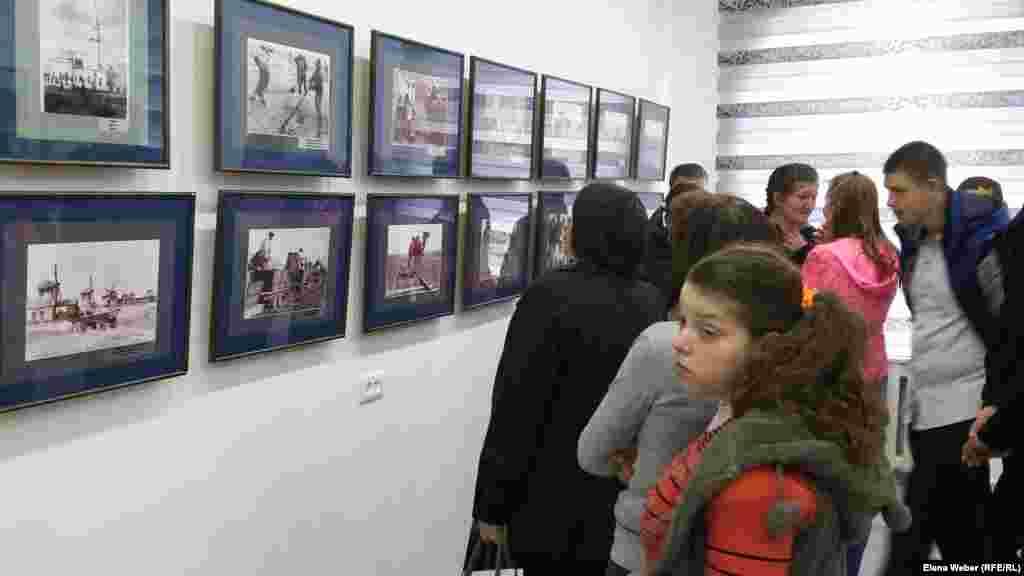 """Эти фотоснимки попали в музей Карлага (Карлаг - Карагандинский исправительно-трудовой лагерь — одно из крупнейших исправительных учреждений СССР в 1930-1959 годах, часть системы ГУЛАГа) совершенно случайно. - В этом году на контакт с музеем Долинки вышли сотрудники музея Багаева, предложив провести такую выставку. Мы, конечно же, согласились, и, когда они прислали нам несколько вариантов фотографий, мы узнали в них те фотографии, которые ранее мы использовали. Несколько из этих фотографий «гуляли по Интернету», но автора мы не знали, там не было указано. Просто было написано """"Голодомор"""". Но по одежде и быту мы понимали, что это наши местные казахи, - говорит репортеру Азаттыка представитель Музея памяти жертв политических репрессий Айгерим Токтарова."""