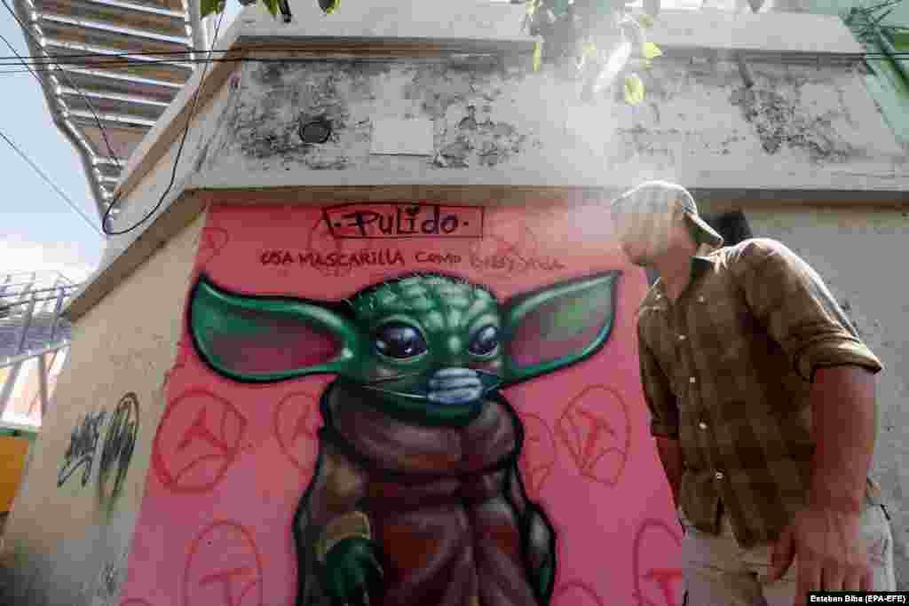 """Графит на бебе Йода от телевизионните серии """"The Mandalorian"""" с послание на гражданите на столицата Гватемала да """"носят маски като бебето Йода""""."""