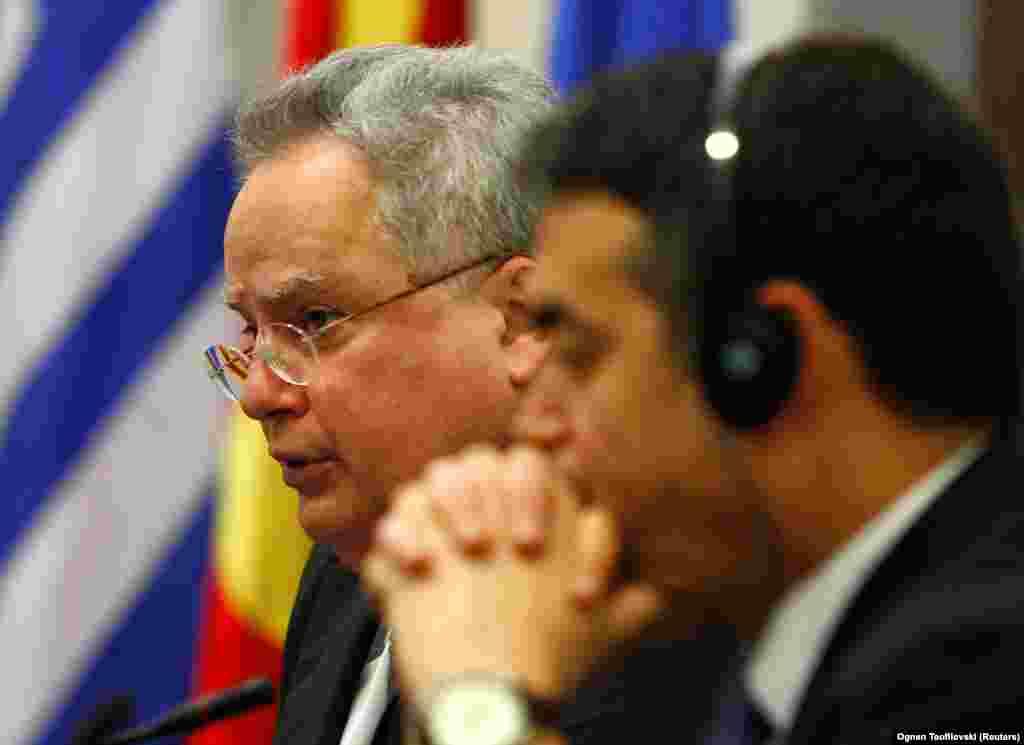ГРЦИЈА - Шефот на грчката дипломатија Никос Коѕијас изјави дека името не треба да има иредентистички елементи, треба да биде сложено со географска одредница, со придавка и да разграничува дека не станува збор за грчката Македонија.